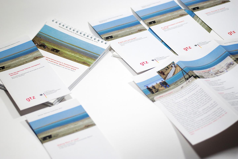 """GTZ Gestaltung von Faltblatt in fünf Sprachen, Mappe und Notizblock für das Projekt """"making more of less / GTZ / Kazachstan"""" 2010 / 2011"""